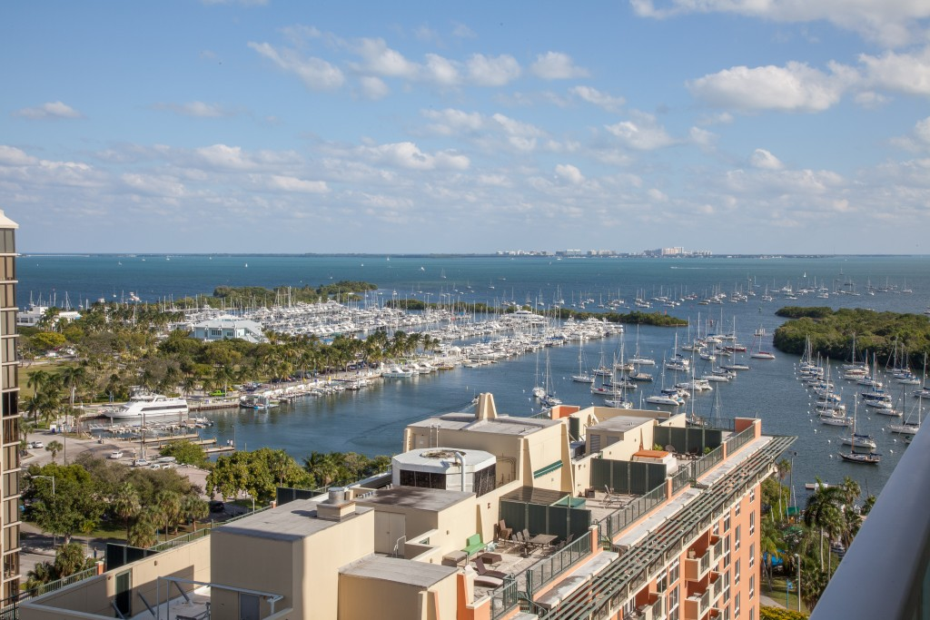 Remodeled Private Apartment for 4, Balcony. Free Pool & Parking. Arya, Miami