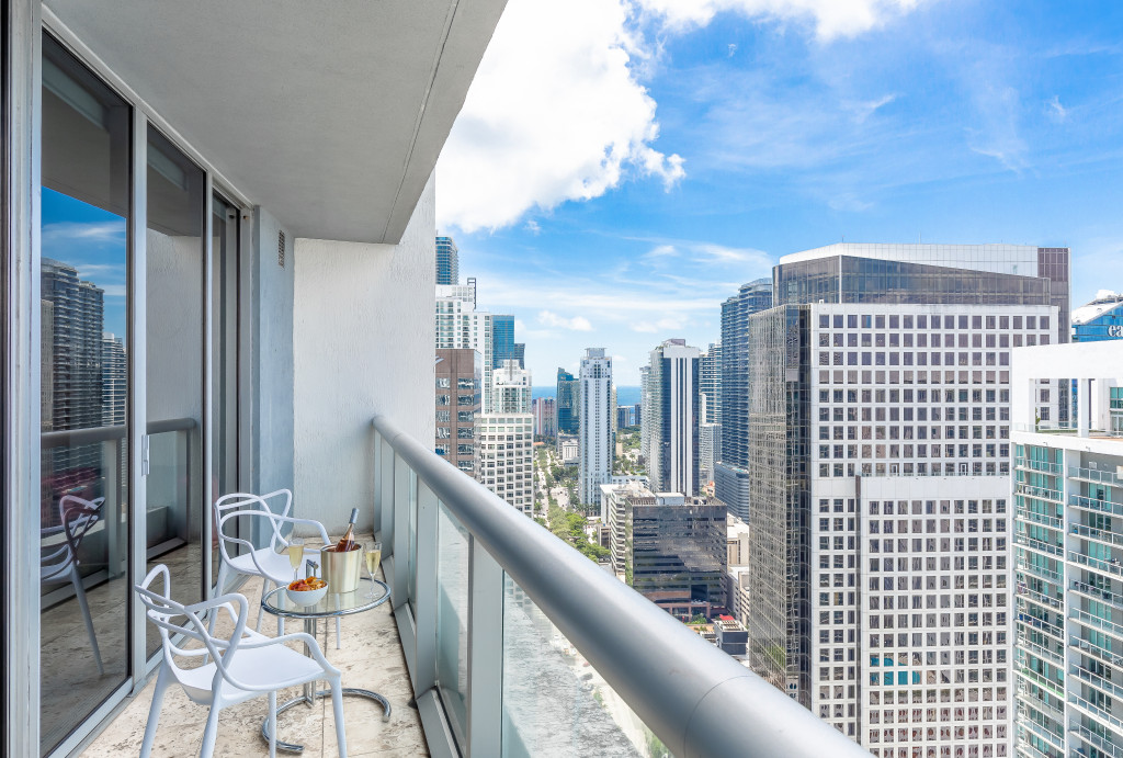 River & City Views, Just Redesigned Condo. Free Spa, Gym, Pool, Wi-Fi. Miami